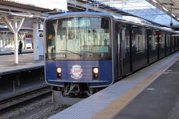 2018年1月14日、所沢、1番ホームを通過する20104Fの下り回送列車。