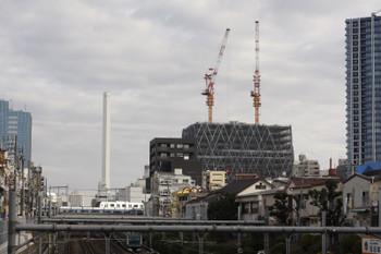 2018年1月19日、池袋〜椎名町、40000系の上り列車と池袋駅のビル工事現場。