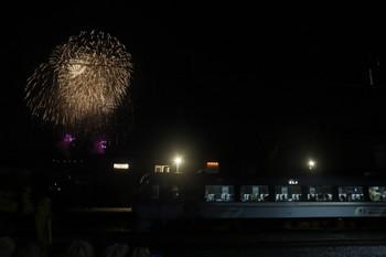 2017年12月3日 20時20分ころ、西武秩父、発車を待つ10103Fの特急「ちちぶ52号」と花火。