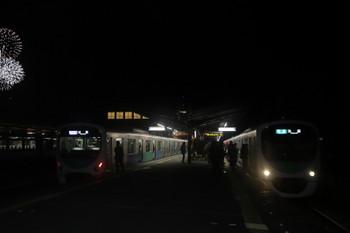 2017年12月3日 21時2分ころ、西武秩父、右から38105Fの下り回送列車・38104Fの快急 池袋ゆき(3本目)・10101Fの「ちちぶ56号」。