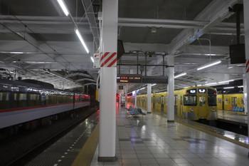2017年12月4日 0時30分ころ、飯能、留置中の10101F(左)と発車した2087Fの各停 所沢ゆき。