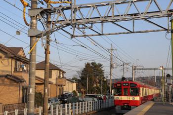 2018年1月20日、元加治、9103Fの2160レと使用開始となった架線柱(手前)。