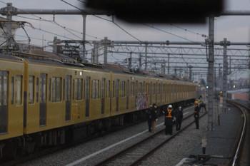 2018年2月10日 6時37分ころ、石神井公園、上り列車の車内から。落書きされた車両の前に西武鉄道関係者と思われる方々がいらっしゃいました。