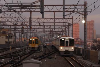 2018年2月10日 6時44分ころ、石神井公園、落書きされた2063Fの横を通過する1001レ用の4000系4+4連 上り回送列車。
