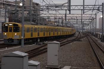 2018年2月10日 6時59分ころ、石神井公園、6番線から2番ホームへ進む2063Fの回送列車。通常とは逆方向の移動です。落書きされた車両がちょうど分岐器に入る直前です。