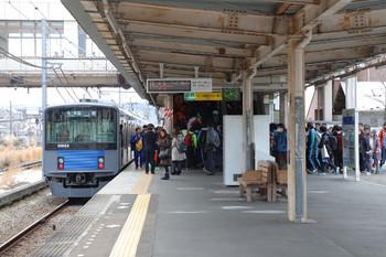 2018年1月28日 11時11分ころ、東飯能、発車した上りの1本目の臨時 飯能ゆきと改札口へ向かう降車客。