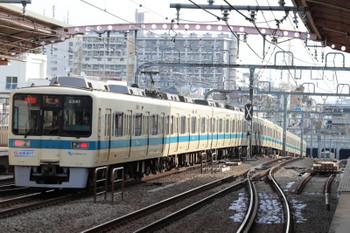 2018年2月15日 8時52分ころ、梅ヶ丘、8000形の団子運転。奥の8000形は、上の写真の急行列車と思います。世田谷代田駅に、先発した上の写真の各停が止まっているのではないかと。