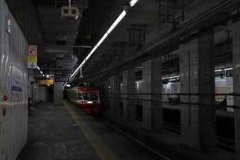 2018年2月25日、世田谷代田、7000形の下り特急が下りホームを通過。