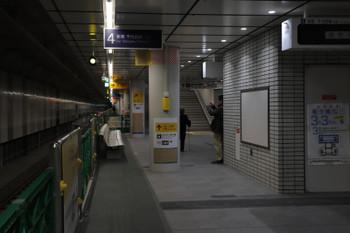 2018年2月25日、下北沢、通路として使われる緩行線ホーム。