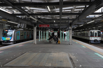 2018年3月18日、所沢、40105Fの2607レ(左)と4019F+4015Fの上り回送列車。