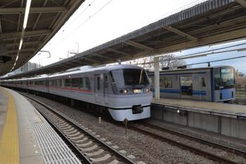 2018年3月24日 17時4分ころ、入間市、4番ホームを通過する10104Fの上り臨時列車と5番ホームで待避する20101Fの4142レ。