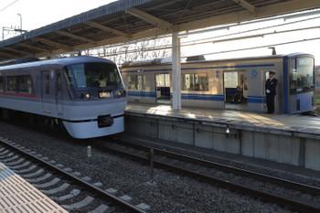 2018年3月25日 17時3分ころ、入間市、5番ホームで停車中の20103Fの4142レを追い抜く10109Fの上り臨時列車。