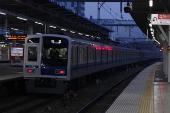2018年3月28日 5時31分ころ、所沢、3番ホームを通過する6152Fの上り回送列車。