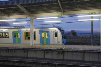 2018年3月25日、入間市、5番ホームへ到着する40101FのS-Train 404レ。