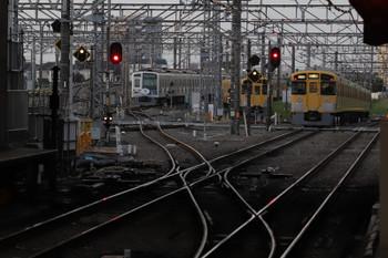 2018年4月8日 5時30分ころ、所沢、2番ホームを通過した2051Fと電留線に留置中の2069F・6153F。