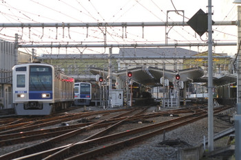 2016年12月3日 15時50分ころ、飯能、発車した6105Fの下り回送列車(左端)。1番ホームに停車中は6107Fの4136レ。