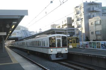 2016年12月3日、東長崎、4015F+4017Fの西武秩父ゆき1001レ。待避しているのは2069Fの5851レ。
