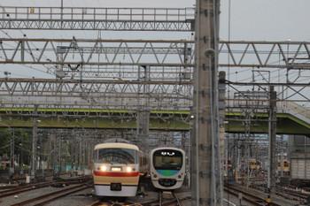 2018年4月14日 5時22分、小手指、1番ホームへ到着する10105Fの上り回送列車(右)と5204レとなるべく2番ホームへ入線待ちの38110F。