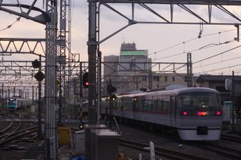2017年4月18日、所沢、電留線で506レとしての折り返しを待つ40101F(左奥)と10112Fの新宿線138レ。