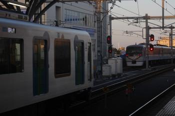 2017年6月2日、石神井公園、4番ホームを通過した40レ(右奥)と3番ホームで待避する40101FのS-Trainの506レ。