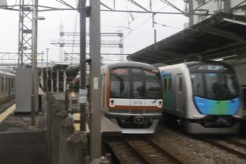 2017年10月20日 15時14分ころ、西所沢、4番ホームを通過する504レに送り込みの40102Fの上り回送列車(右端)。メトロ10026Fの6533レと並び。