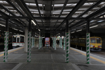 2018年4月14日 7時22分ころ、所沢、6番線に留置中の1249F(右)と4番ホームに停車する4001F+4015Fの上り回送列車。