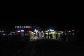 2016年12月3日 21時40分、西武秩父、到着した2091Fの各停と発車間近の2063Fの快急 池袋ゆき。