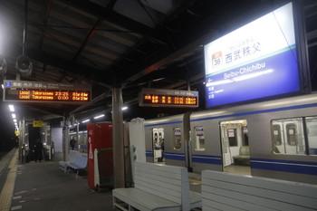 2016年12月3日 23時20分ころ、西武秩父、一般列車ホームの発車案内の表示。