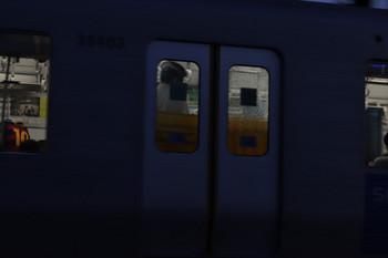 2018年4月28日 18時39分ころ、元加治、発車した2155レの6両目?の側扉。