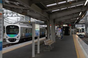 2018年5月3日 7時7分ころ、狭山ヶ丘、準備ができた30104Fと通過する4019F+4013Fの上り回送列車(右)。