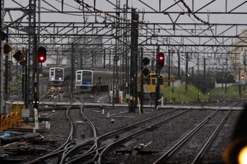 2018年5月8日 5時31分ころ、所沢、電留線の夜間滞泊車の横を通過する6117Fの上り回送(左端)。