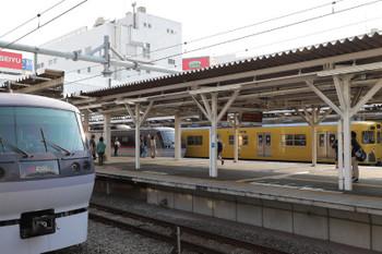 2018年6月27日、所沢、左から10107Fの69レ・新宿線の130レ・2001Fの5635レ。