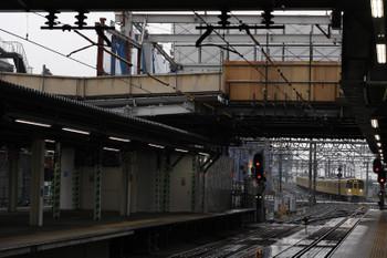 2018年6月6日、所沢、奥側から到着する2079Fの5204レと取り壊し中の跨線橋(手前)。