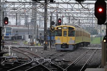 2018年6月7日 5時30分ころ、所沢、2番ホームを通過した2459F+2509Fの上り回送列車(右端)と電留線で滞泊の20152F・6103F。