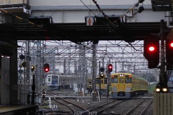 2018年6月15日 5時30分ころ、所沢、右から新宿線の2401F+2529Fの上り回送列車、電留線で帯泊の2087F・6109F。