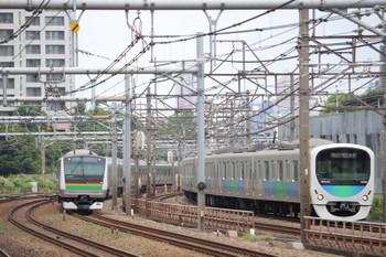 2018年6月17日 11時56分ころ、西武新宿~高田馬場(JR新大久保駅ホームから)、西武30000系とE2333系の並走。