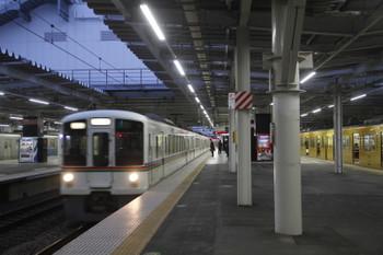 2018年4月2日、所沢、4番ホームを通過する4019F+4015Fの下り回送列車と、5番ホームで待避する9104Fの2159レ。