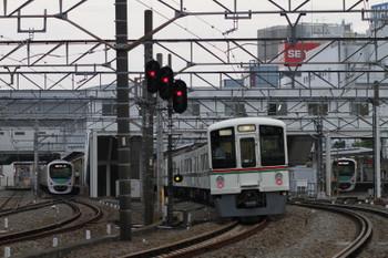 2017年7月16日、所沢、4番ホームを通過する4013F+4011Fの下り回送列車と、5番ホームで待避する30103Fの2159レ(左)。