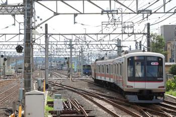 2018年7月8日 16時12分ころ、保谷、2番ホームから28番線へ入る東急5153Fの回送列車。メトロ10035Fの6538レが奥で足止め。なお21番線での10連滞泊もこの日はなかったです。