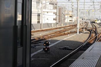 2018年7月11日 5時57分ころ、石神井公園、3番ホームの20152F回送列車の6番線への進入を許可する入換標識?と2063F+2461Fの2102レ(右奥)。