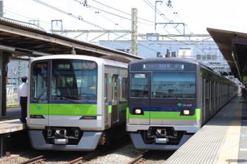 2018年4月29日 12時0分ころ、桜上水、都営新宿線車両の並び。左は区間急行、右が新型車両の快速。