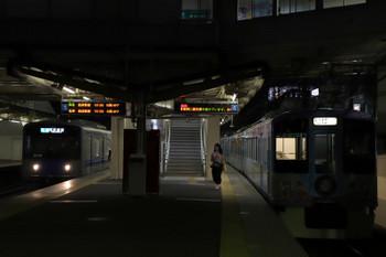 2018年7月15日、東伏見、4番ホームで待避する4009F(52席)上り列車と20108Fの4310レ。