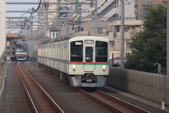 2018年7月16日、中村橋~富士見台、4023F+4005Fの下り回送列車。左はメトロ10027Fの6313レ。