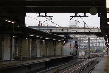 2018年7月18日、所沢、近づいてくる20152Fの5204レ(中央奥)。駅南側の跨線橋は柱も切られてすっきりしましたが、代わりにホーム上に仮囲いが復活。