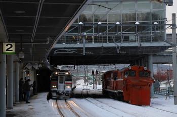 2017年12月10日 15時25分ころ、小樽築港、留置されたDE15-1543と札幌方面ゆきの電車。