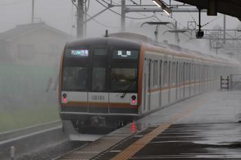 2018年7月28日、元加治、雨の中を疾走するメトロ10003Fの1715レ。定時運転と思います。
