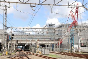 2018年7月29日、所沢、駅南側の踏切から。20158Fの5104レ(中央左)と4009F下り列車(中央右)。