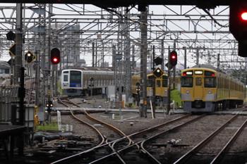 2018年7月31日 5時30分ころ、所沢、夜間滞泊の6111F・2085Fと、2451F+2531Fの上り回送列車(右)。
