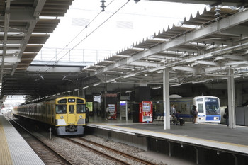 2017年5月12日、所沢、4番ホームで上り方への発車を待つ2089Fの回送列車。右は到着する6158Fの1711レ。