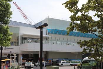 2018年8月4日、所沢、西口駅前広場から中央改札を見たところ。右が南側です。